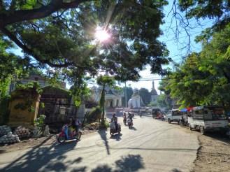 À l'entrée de la Maha Myat Muni Pagoda
