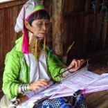 Femmes Karen travaillant au tissage