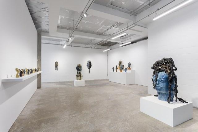 """Zicht op de tentoonstelling """"Ebika Bya ba Kuchu mu Buganda (Kuchu Clans of Buganda) II"""" in Stephen Friedman Gallery, Londen."""
