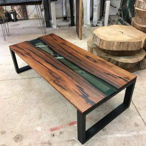 Деревянная мебель: Журнальный столик с вставкой