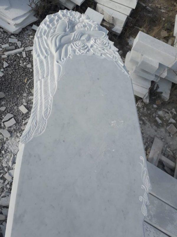 Надгробный памятник: Спящий ангел с розами