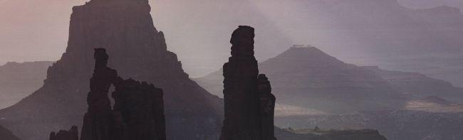 Avondschemering tussen de bergen.