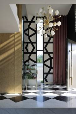 Dans l'entrée, majestueuse, la décoratrice d'intérieur a repris l'idée du moucharabieh extérieur, avec ce motif monumental. © Studio Erick Saillet
