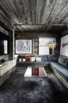 Dans le salon vidéo : œuvres Elements et Daydream d'Edouard Buzon, table basse de Willy Rizzo, coussins et plaid Angel des Montagnes. © Gilles Pernet