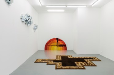 « I have a dream », sculptures, 2002. Clouds, bois-miroir. Sunset, bois-miroir. Rug, laine tissée par les manufactures d'Aubusson.