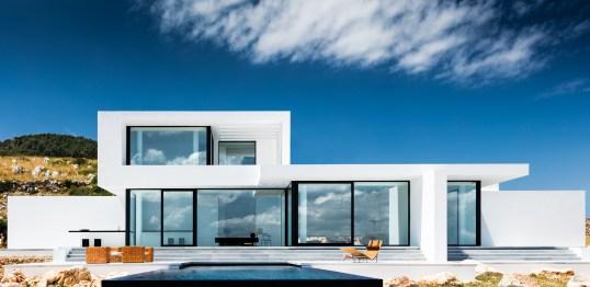 Des lignes pures, des façades immaculées, de grandes ouvertures, etc., Olivier Dwek a créé une architecture délicieusement contemporaine et élégante, et résolument tournée vers l'extérieur. Afin d'optimiser les espaces intérieurs, la salle à manger a été prévue sur la terrasse.