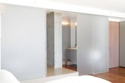 Parois et porte coulissante de la salle de bain en verre sable extra blanc Crédit photo : Gerhard Heusch