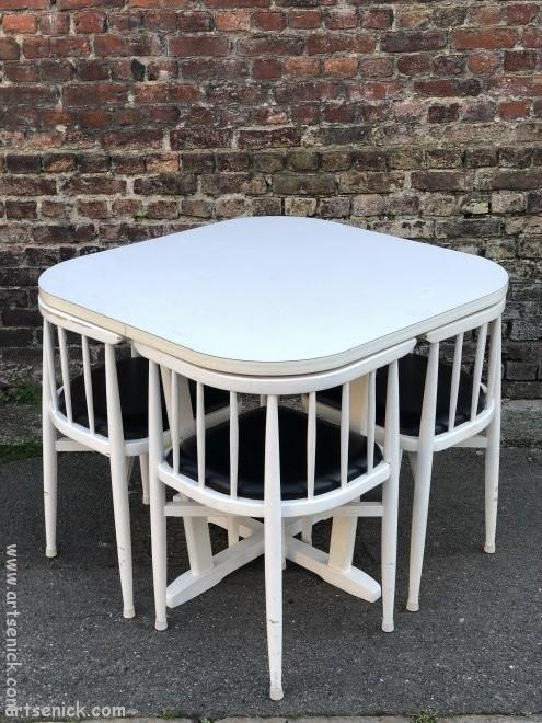 une table et quatre chaises edition