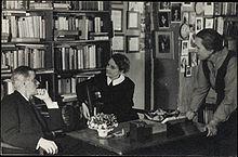 220px-James_Joyce_with_Sylvia_Beach_at_Shakespeare_&_Co_Paris_1920