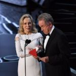 So Here's The Moment-By-Moment Of How The Oscars Flub Went Down
