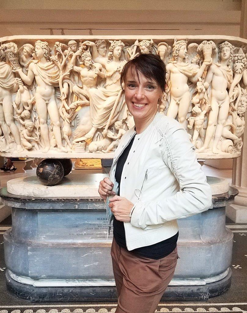 art historian museum guide