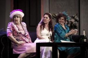 Ouma (Marga van Rooy), Judy die Bruid (Debre Rossouw) en Ursula (Edrien Erasmus)