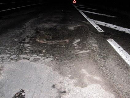 Такими ямами усыпана вся дорога. Эта еще ничего