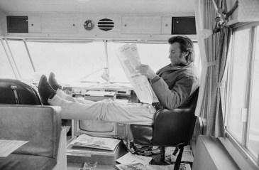 Clint Eastwood nella sua roulotte in una pausa durante le riprese di Joe Kid