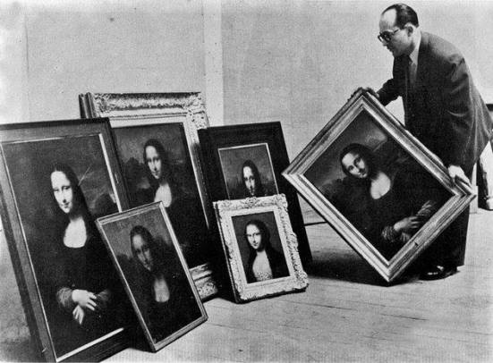 Guy Isnard, officiale di polizia, con una serie di falsi della Gioconda, 1955. Photo: Robert Cohen for Time-Life - From shitndie.tumblr.com