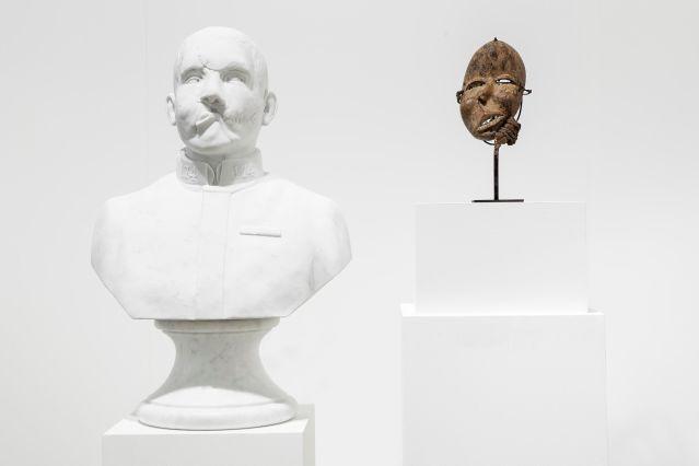 Kader Attia Repair, Culture's agency #7 2014 scultura in marmo, maschera antica in legno. Collezione Privata.