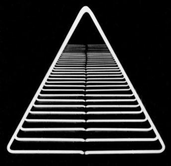 Paolo Scirpa - Espansione triangolare, 1975. Legno+neon bianco+specchi, 45x40x43 cm + base