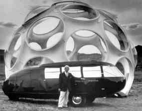 Buckminster Fuller con Monohex Dome e l'automobile Dymaxion Car- Ph. Roger Stoller