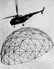 Cupola geodetica progettata da Buckminster Fuller trasportata in elicottero