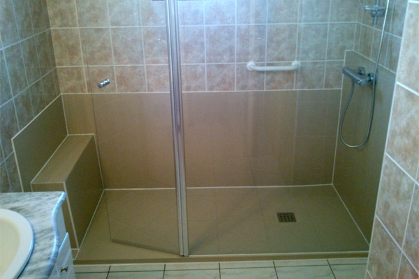 installer une douche a la place de la baignoire avec un receveur de couleur beige