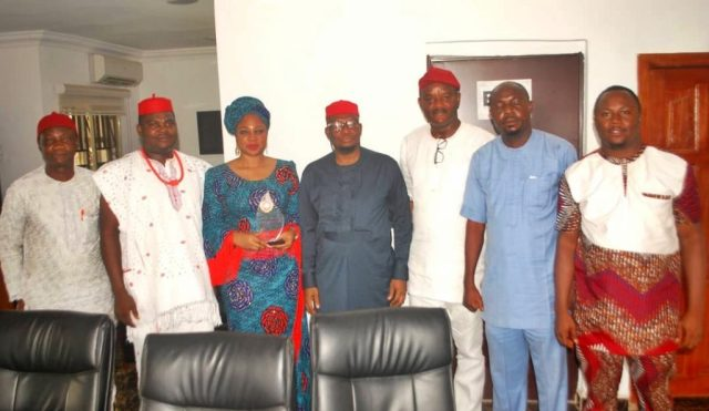 Chief Shimite Bello flanked by the Leadership of Anioma Media Associates after the Presentation of Award