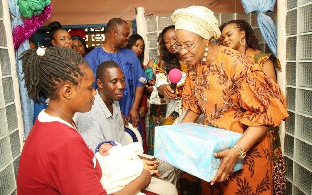 Wife of Delta Governor and founder O5 Initiative, Dame Edith Okowa presenting a gift to Delta first baby of the year 2020 as the parents Mr. and Mrs. Fidelis Onwuma looked in appreciation when she visited the baby at Federal Medical Centre, Asaba