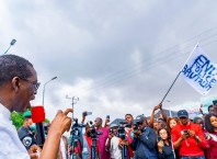 Delta Governor, Senator Dr. Ifeanyi Okowa addressing #EndSARS protesters at Government House gate, Asaba on Tuesday, October 13, 2020