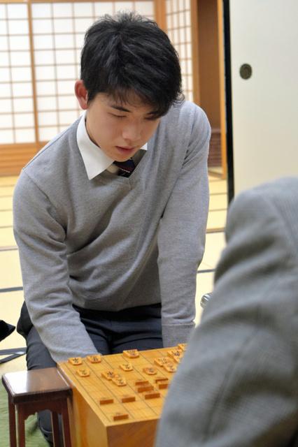 苦戦の将棋を逆転勝ちし、厳しい表情の藤井聡太五段=大阪市の関西将棋会館、佐藤圭司撮影