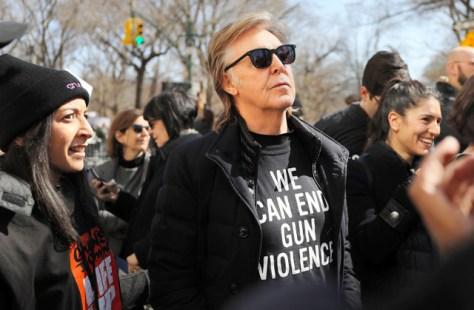 ニューヨークで24日、「私たちの命のための行進」に参加した歌手のポール・マッカートニーさん=AFP時事