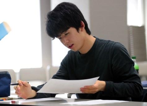 問題を解く藤井聡太六段=25日午後、名古屋市、吉本美奈子撮影