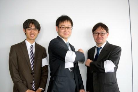 優勝した白チームの山崎隆之八段(中央)、伊奈祐介六段(右)、星野良生四段(左)=大阪市