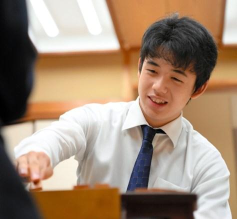 笑顔で対局を振り返る藤井聡太六段=2017年9月
