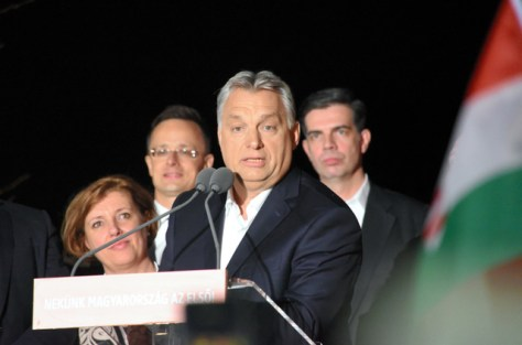 総選挙での勝利を受けて支持者を前に演説するオルバン首相(中央)=8日午後11時38分、ブダペスト、吉武祐撮影