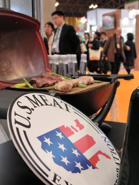 国際食品展示会で牛肉を売り込む米国ブース=3月、千葉市美浜区