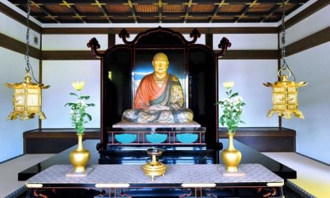 米長邦雄さんが詣でた鑑真和上坐像(国宝)は年間を通して数日しか開扉されないが、この御身代(おみが)わり像は毎日参拝できる=奈良市五条町、滝沢美穂子撮影