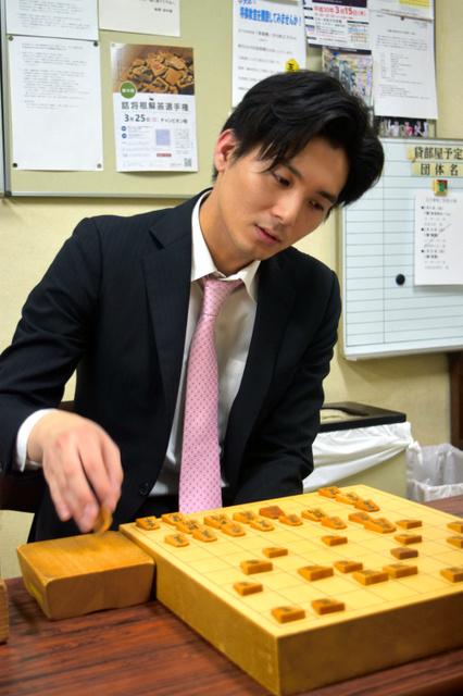 将棋の都成竜馬五段=大阪市の関西将棋会館