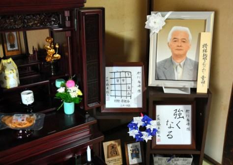 村川邦次郎さんの遺影の隣には、藤井聡太七段が書いた色紙が飾られている=2018年6月13日午後、山形県村山市