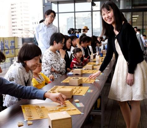 女流棋士10人が女性70人と指導対局をした「ぐるぐる将棋」=2018年4月22日、愛知県一宮市