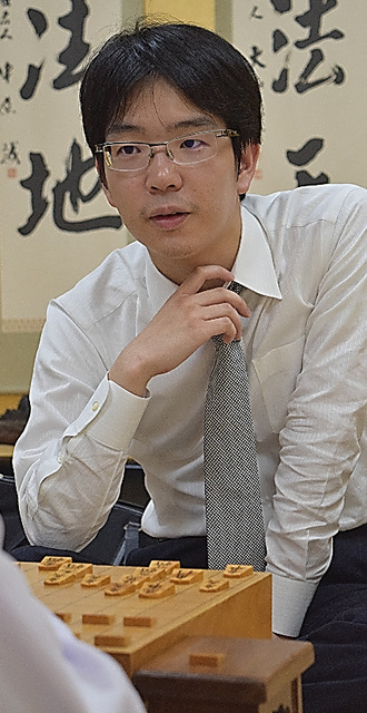 A級順位戦の開幕戦で勝った豊島将之八段=佐藤圭司撮影