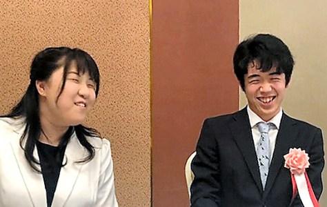 今月9日に開かれた杉本昌隆八段の昇段・昇級を祝う会で顔を合わせた中澤沙耶女流初段(左)と藤井聡太七段=名古屋市