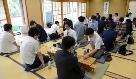 奨励会の三段リーグの対局風景。プロを目指して奨励会員たちがしのぎを削る=2013年9月、東京都渋谷区の将棋会館