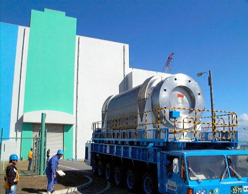 写真:使用済み核燃料の輸送に使うキャスクの一種=1999年4月15日、青森県六ケ所村