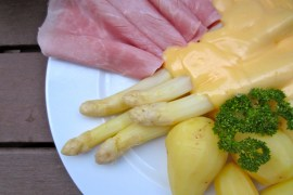 White asparagus with hollandaise sauce and potatoes