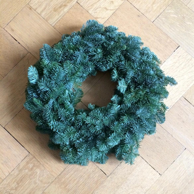 A plain Advent wreath on a wooden parquet floor