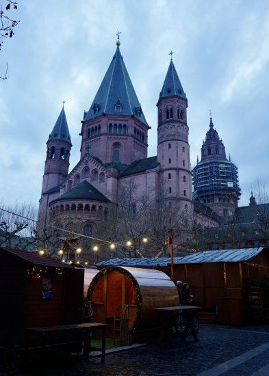 A wine barrel at the Mainz Christmas village in front of the cathedral