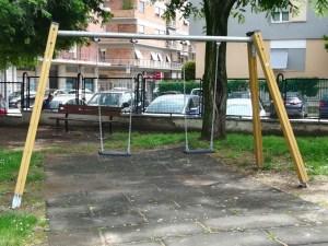 Nuove altalene al parco di via Vittorio Emanuele Orlando