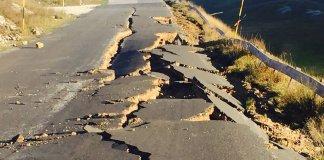 Una strada danneggiata dal terremoto, foto generica