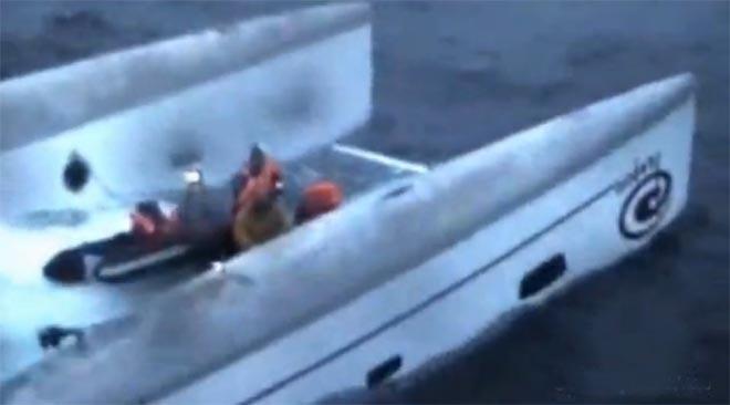 Un catamarano ribaltato, foto generica dal web