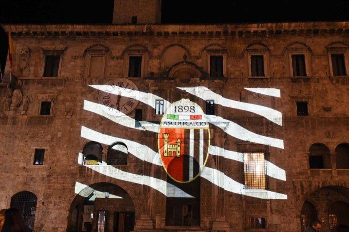 Il marchio dell'Ascoli Calcio si accende sulle pareti dei principali monumenti della città