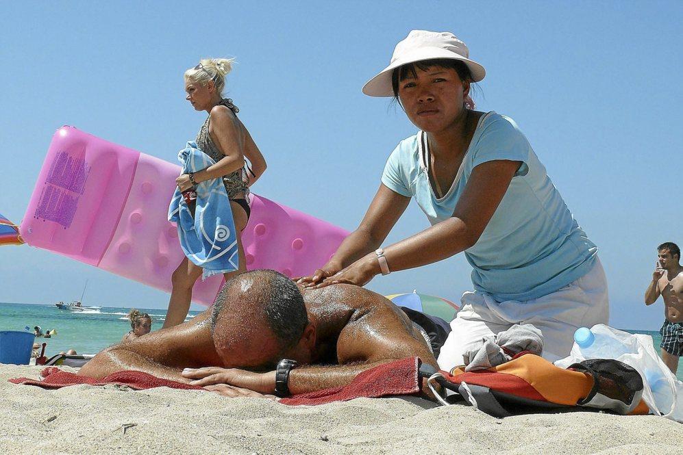 Masajistas en las playas: lo barato puede salir caro